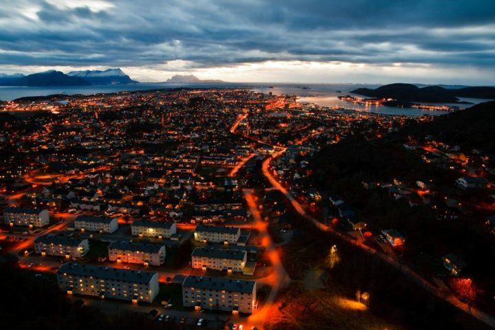 Oversiktsbilde Bodø by på natten