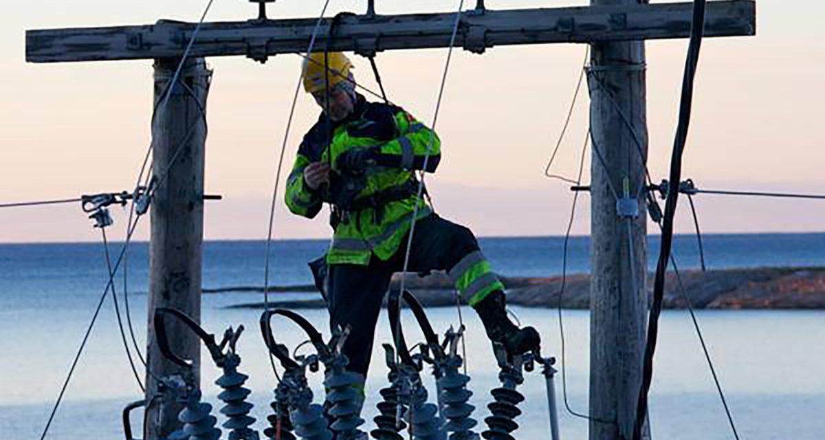 Mann jobber i ledningsmast Bodø Energi