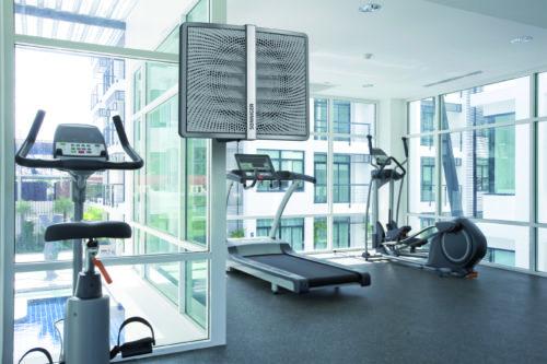 Heater luftvifte montert på et treningsrom