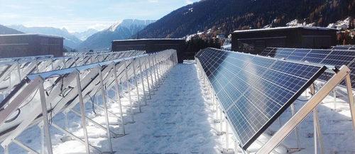 Solcellepanel på taket på vinteren