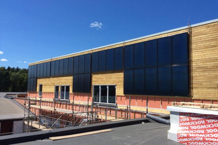 Fasade solfangere på veggen Selvik Skole