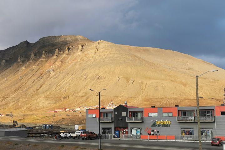Verdens nordligste vedfyringsanlegg med solvarme